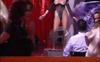 La star du porno adorable Chloe baise dans le club de strip-tease