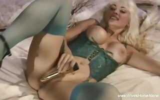 Output Solo Wifey With Big Hair Plays Her Pussy
